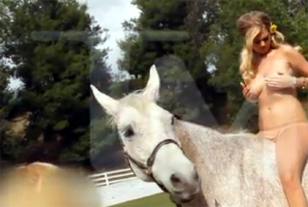 Kate Upton y su topless montada a caballo